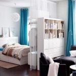 Голубые шторы в интерьере спальни-гостиной