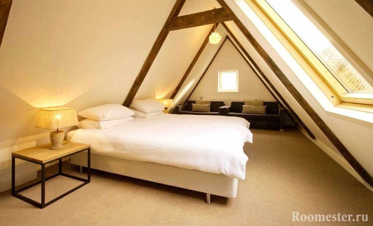 Узкая спальня на мансардном этаже