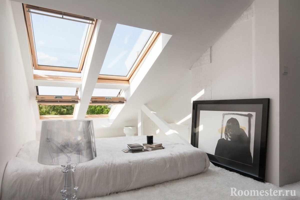 Уютное спальное место окнами на скате крыши