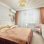 Коралловый цвет в декоре спальни