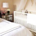 Красивая белая кроватка для ребенка