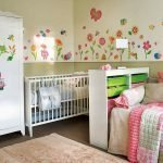Кроватка для ребенка в родительской спальне