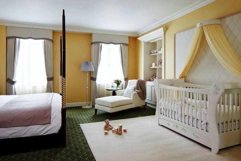 Просторная спальня для родителей с ребенком