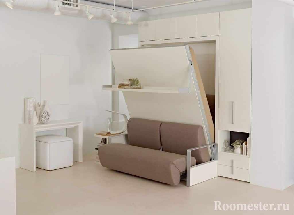 Трансформирующий диван-кровать в шкафу в маленькой квартире
