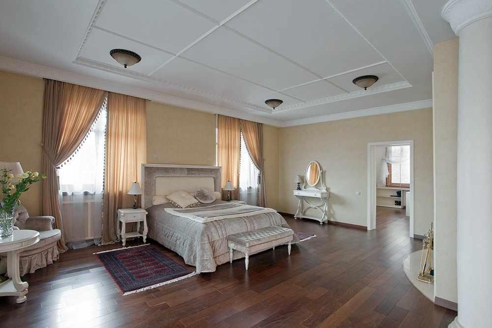 Зонирование спальни с двумя окнами при помощи расстановки мебели
