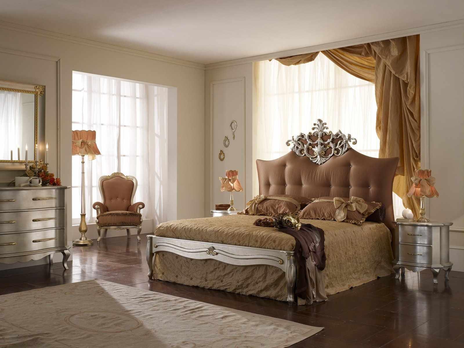 Спальня с двумя окнами в светлых тонах