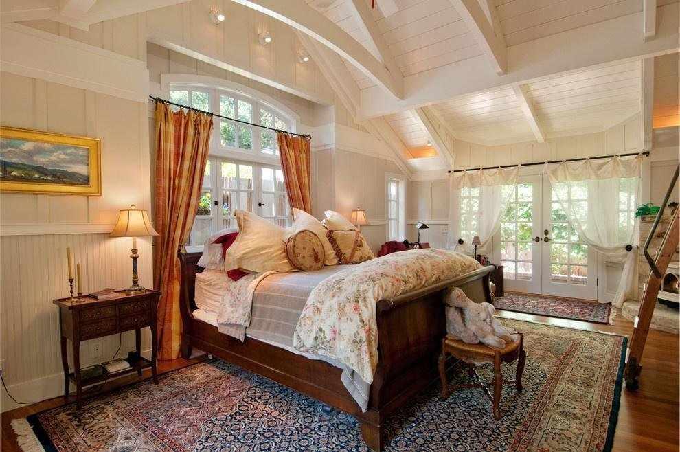 Полосатые шторы в спальне с двумя окнами
