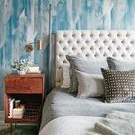Подушки на кровати в спальне