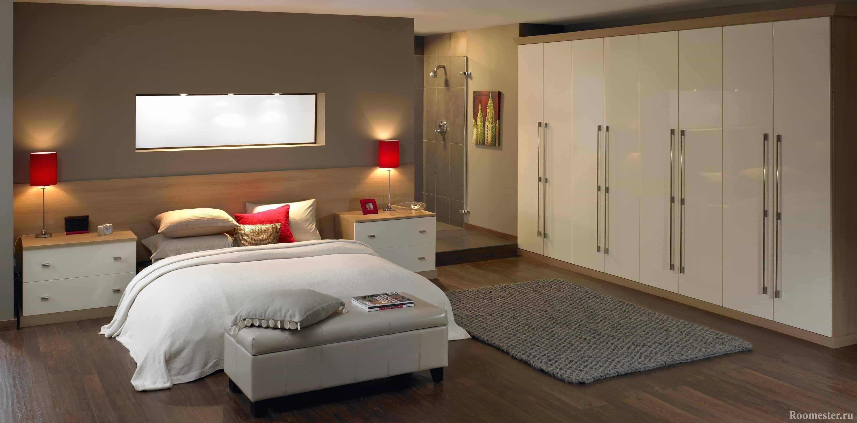 Большой гардеробный шкаф в спальне