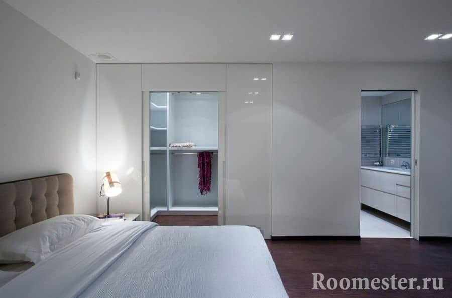 Вход в гардеробную сливается со стеной в спальне