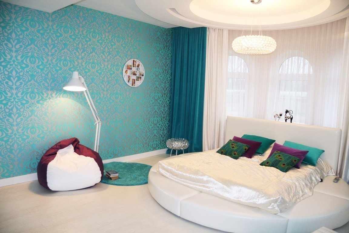 Голубые стены в спальне