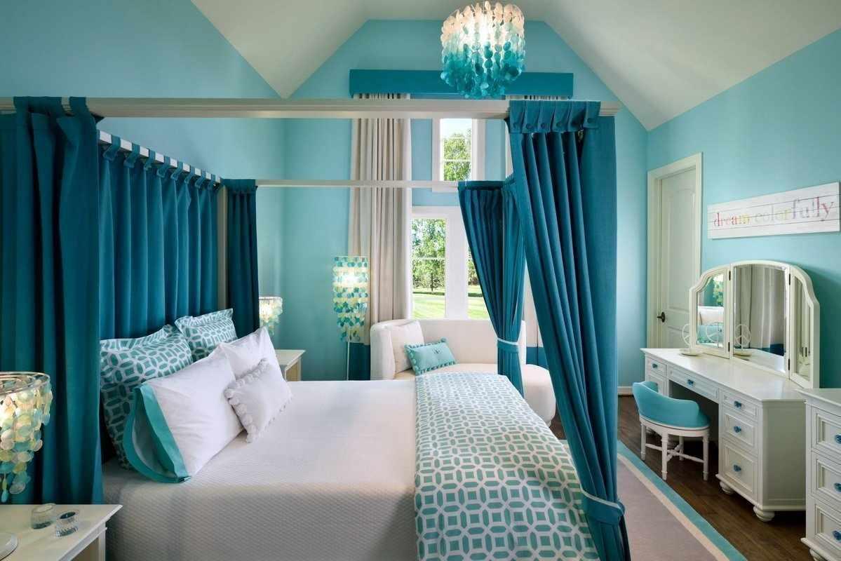 Бирюзовый балдахин над кроватью