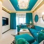 Золотой в сочетании с голубым в интерьере спальни-гостиной