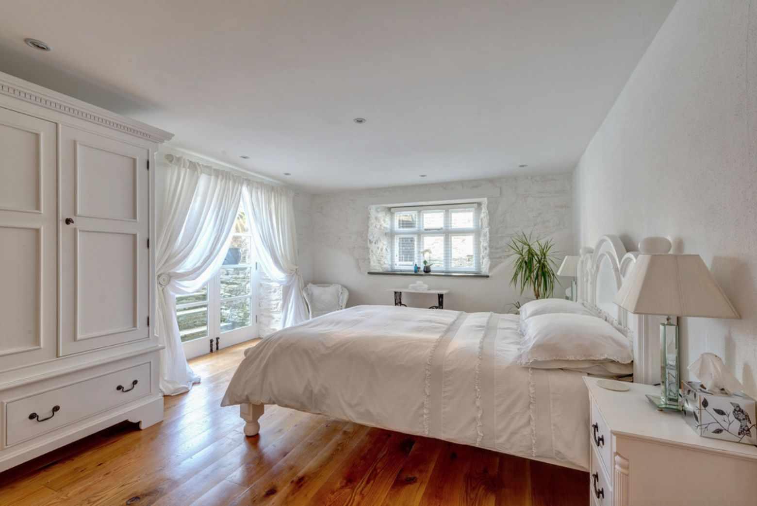 Деревянный пол в спальне в частном доме