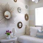 Зеркала с разными оправами на стене