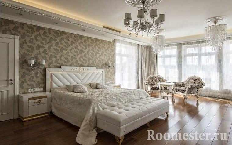 Отделка стен в данной спальне классического стиля произведена с помощью ткани