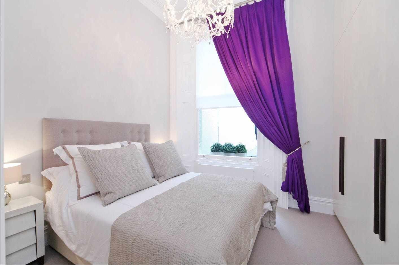 Фиолетовые шторы в белом интерьере спальни