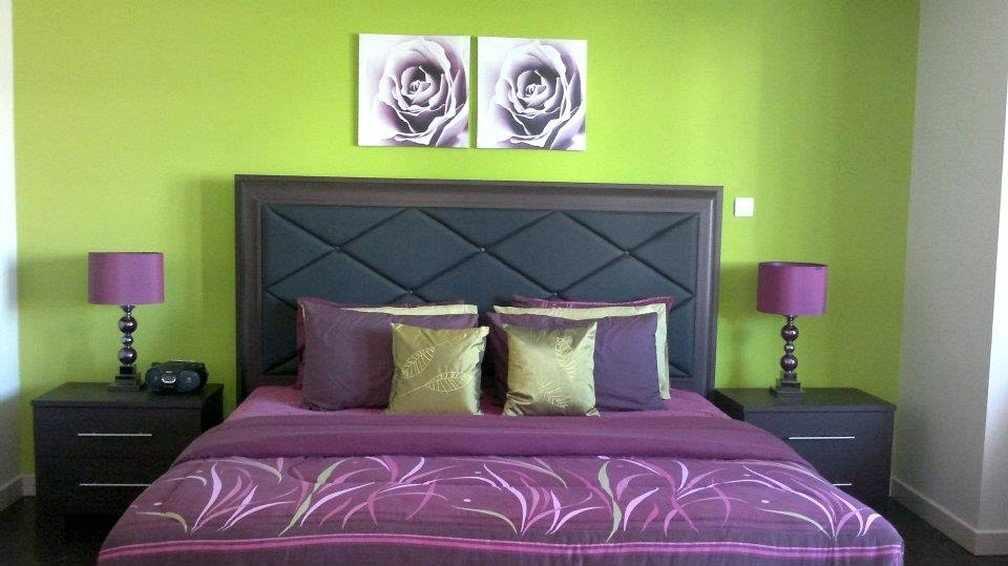 Салатовые стены и фиолетовый текстиль в спальне