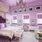 Картины на фиолетовой стене спальни