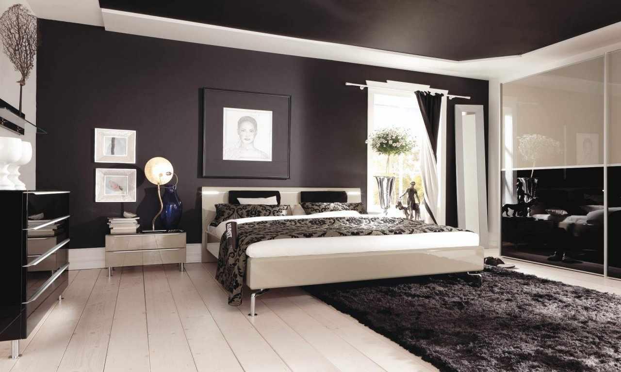 Дизайн спальни с темным потолком