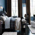 Сочетание синих стен и коричневых штор