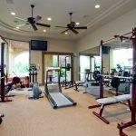 Просторный зал для занятий спортом в доме