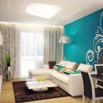 Белые узоры на бирюзовой стене в гостиной