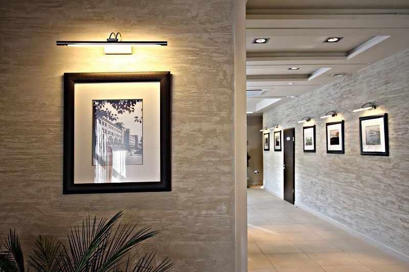 Картины с подсветкой на стенах