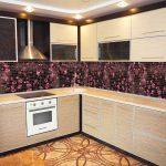 Мозаика с цветами на стене