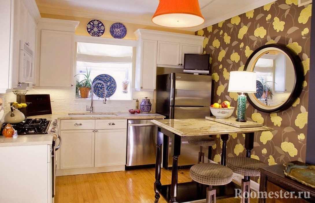 Зеркало на стене кухни