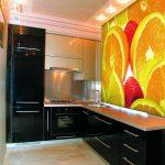 Апельсины на стене кухни