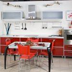 Красная мебель в светлом интерьере