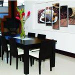 Черные стулья и стол в белом интерьере