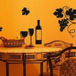 Вино и виноград над столом