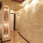Декоративная штукатурка на стене в прихожей