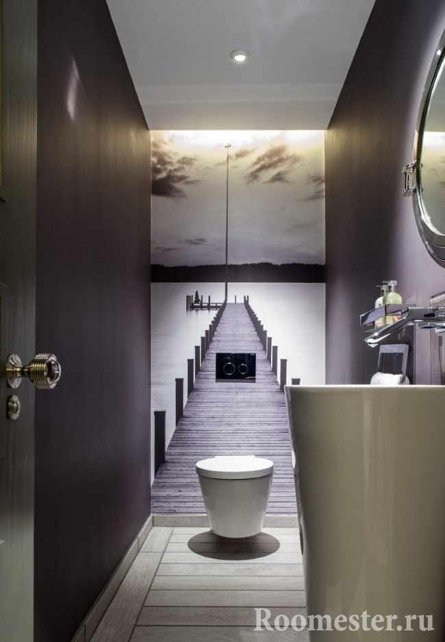 Фотобои в данном туалете удлиняют помещение