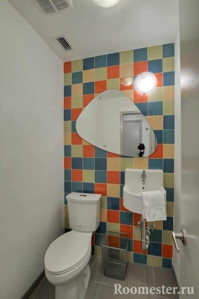 Меленький туалет с яркой плиткой и крашенными стенами