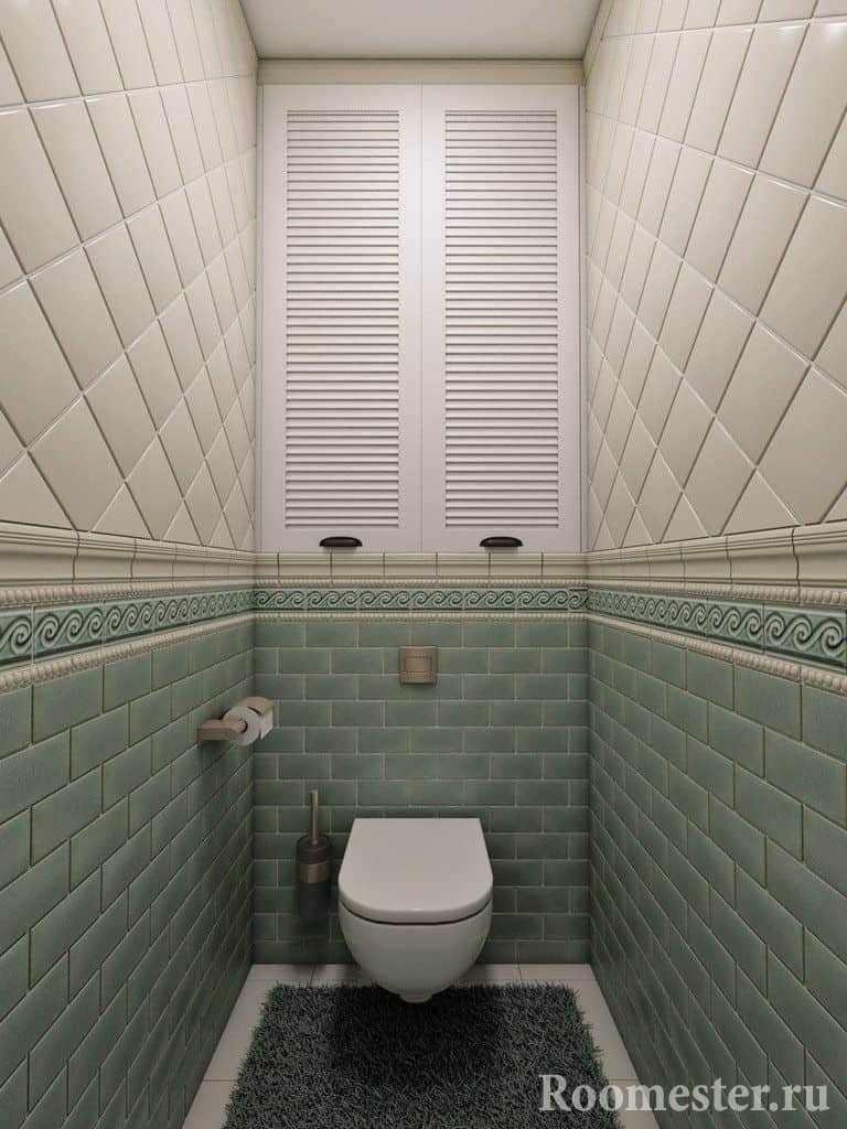 Маленький туалет в кафельной плитке и с нишей