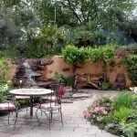 Столик и стулья у декоративного водопада