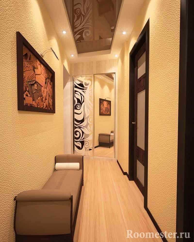 Фактурная отделка стен в узком коридоре