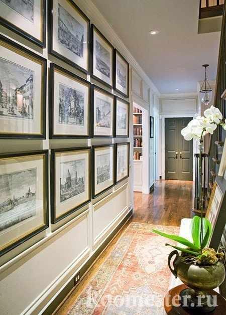 Декор стены картинами в коридоре