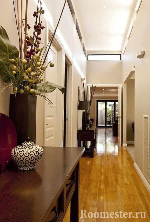 Узкие столики в коридоре