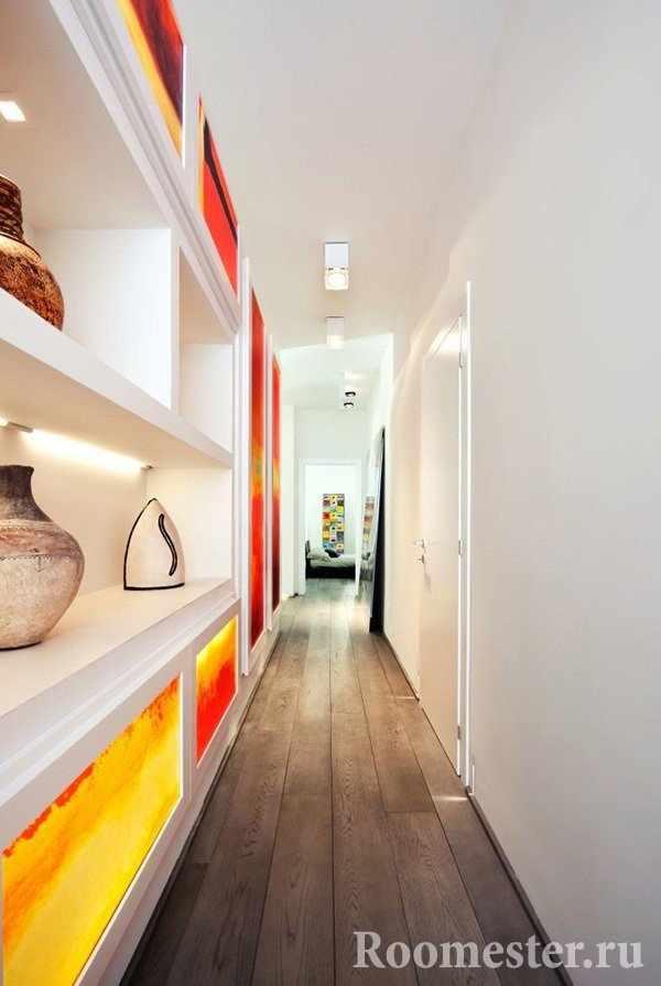 Полки в узком коридоре украсят интерьер