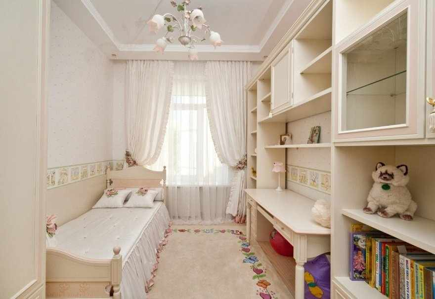 Светлая мебель в узкой детской