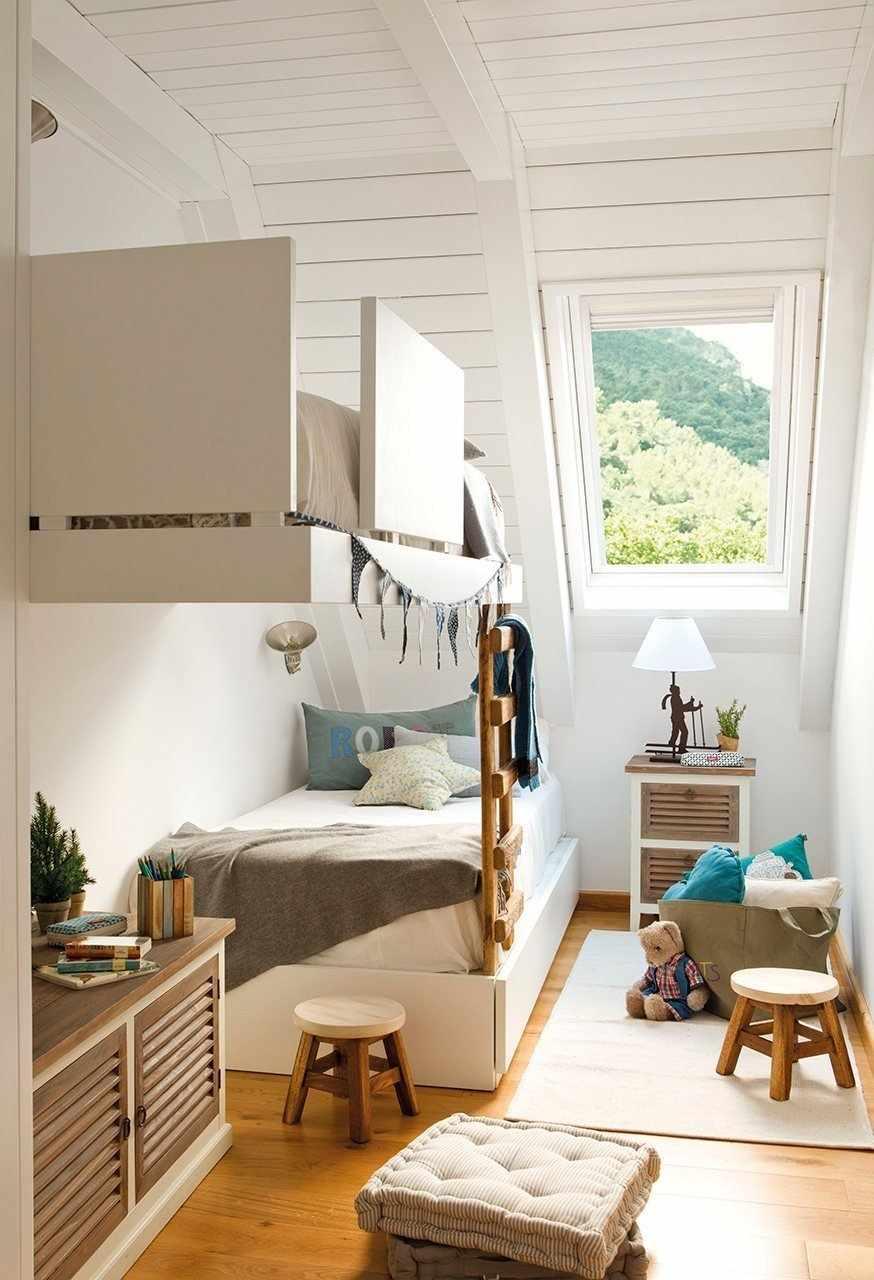 Кровать с лесенкой на стене