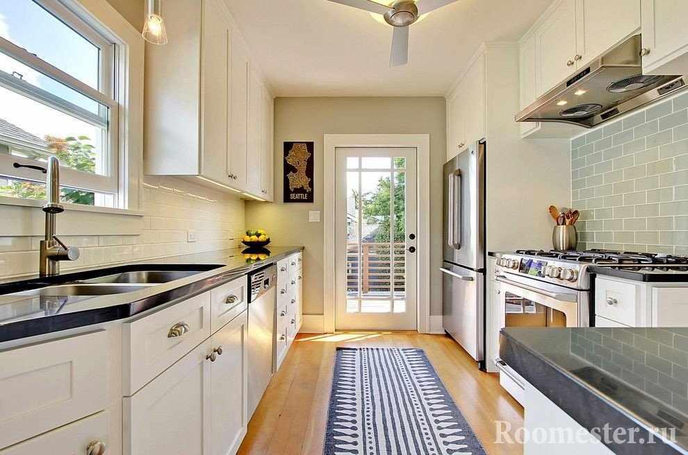 Узкая кухня с окном возле раковины