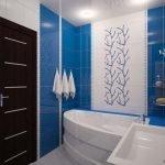 Сочетание белого и синего в дизайне ванной