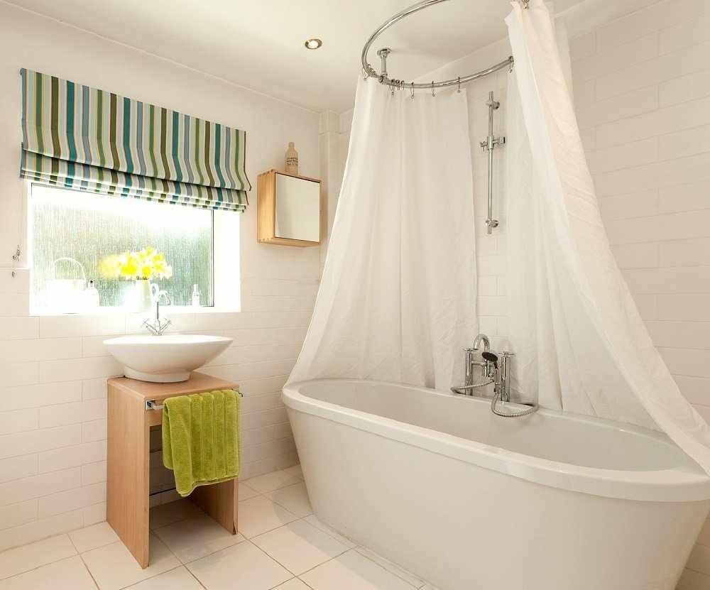 Римские шторы в интерьере ванной комнаты