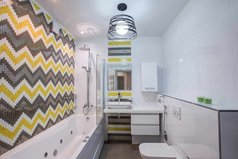 Готический рисунок на стене над ванной