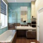 Большое окно в узкой ванной комнате